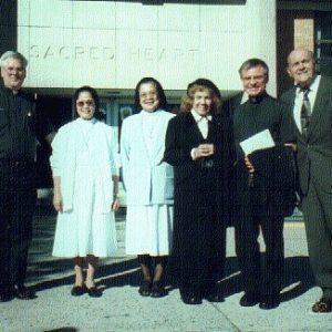 Pd. Victor Butler, Pd John Czahur, unas queridas religiosas y los esposos Bianchini, Igl. Sagrado Corazón, NJ, EE.UU. (19-09-2000)