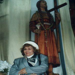 Sra. María Esperanza frente a imagen de la beata Kateri Tekakwitha, Santuario NS de los Mártires, Auriesville, NY, EE.UU. (05-05-1995)