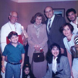 Su Eminencia Bernardini Cardenal Echeverría, esposos Bianchini, Sr. Juan Javier Bucaram y miembros de la Flia. Bianchini, Guayaquil, Ecuador (20-07-1995)